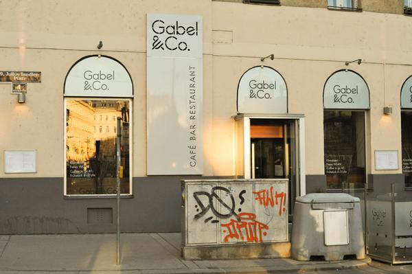 Der Eingang des Gabel & Co. – die Werbetafel stört, der Elektrokasten und die Streusandkiste hingegen nicht. © Christian M. Kreuziger