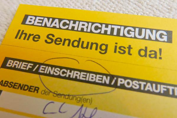 Statt amtliche Briefe zuzustellen hinterlegen Postler regelmäßig die Verständigungszettel im Postkasten. Obwohl die Empfänger zu Hause sind. © Christian M. Kreuziger