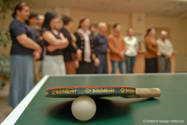 2004: Der ehemalige Innenminister spendet einem Wiener Flüchtlingheim einen Tischtennis-Tisch. © Christian M. Kreuziger